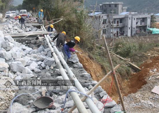 凤山公路部门修建公路挡土墙 确保群众出行安全