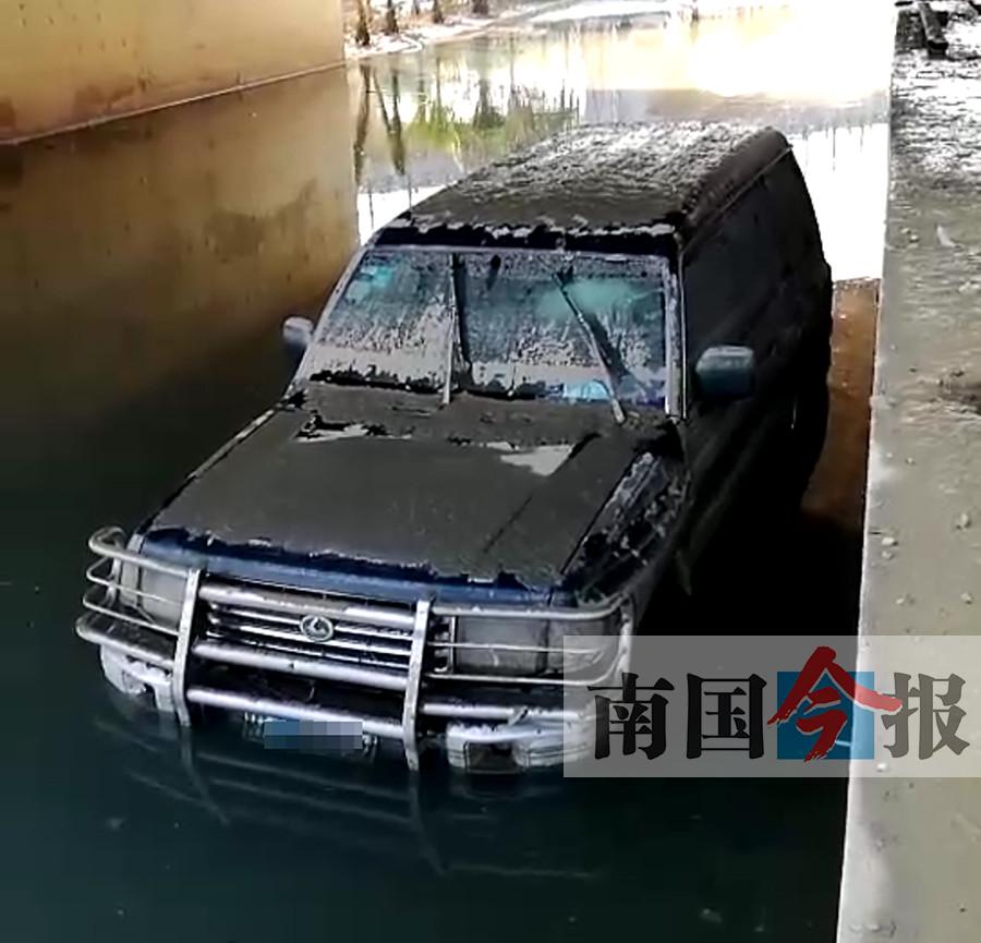 """内涝致数车被淹 网友吐槽柳江大道成""""鱼塘""""(图)"""