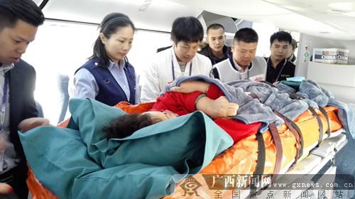 南宁机场开启绿色通道及时转送重伤担架旅客