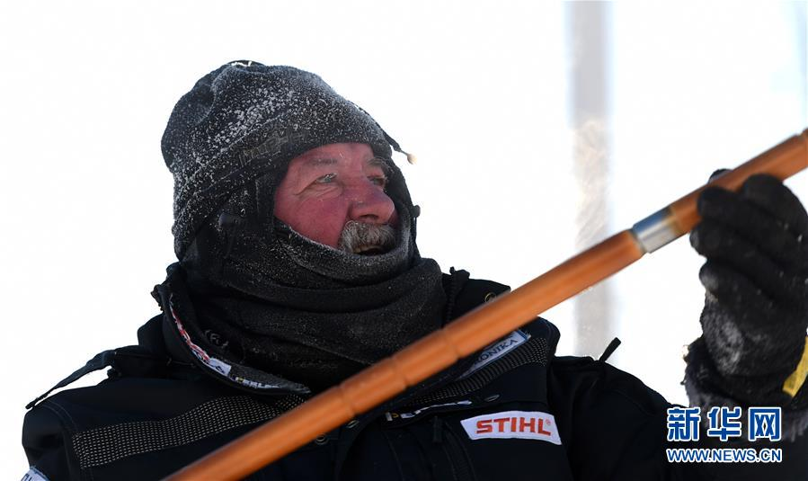 """(社会)(2)哈尔滨:国际雪雕比赛中的""""严寒斗士"""""""