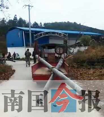 三轮车搭载电线杆撞上摩托 一对夫妻不幸身亡(图)