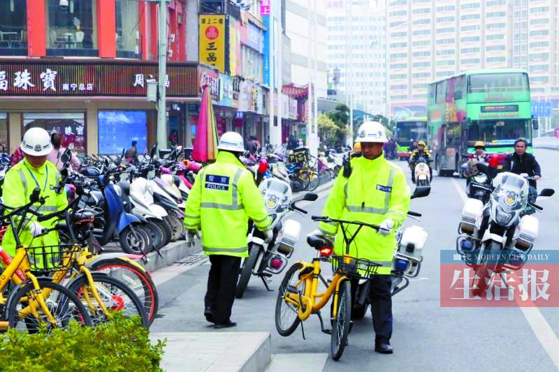 """南宁:群众乱停乱放共享单车 可能挨""""站街""""(图)"""