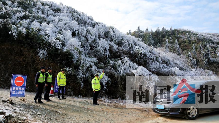 雪景虽美行车不容易 柳州交警保障道路安全(图)