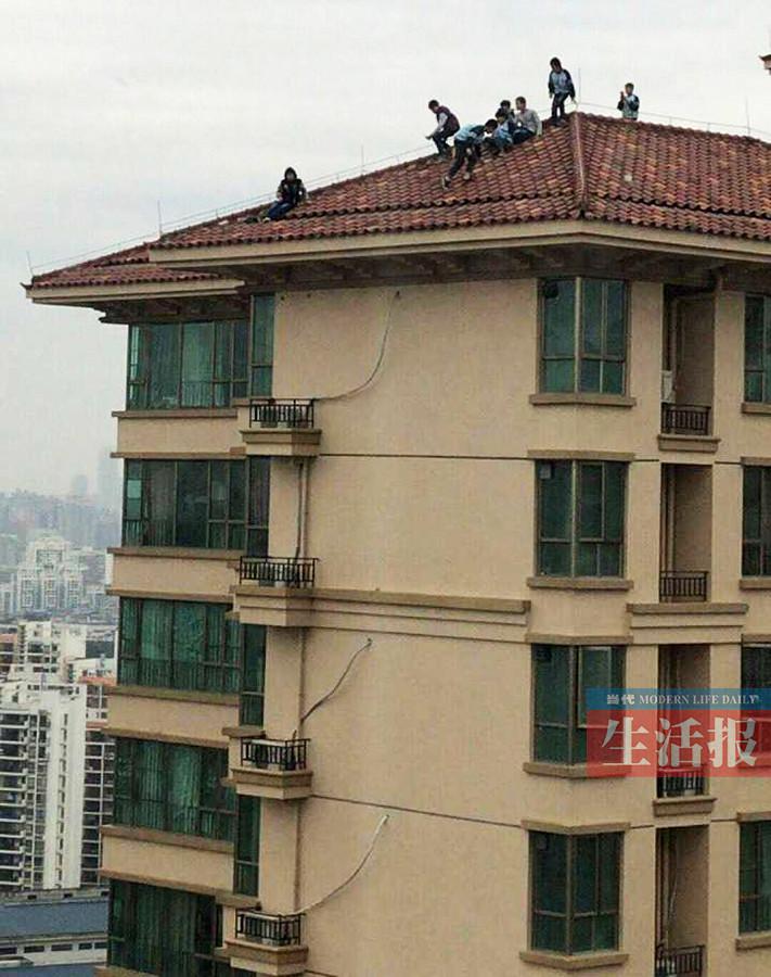 心惊肉跳!南宁市8名小学生爬上34层楼顶玩耍(图)