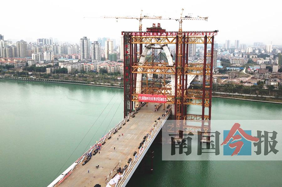"""""""柳州之门""""白沙大桥主塔合龙 创多个世界之最"""