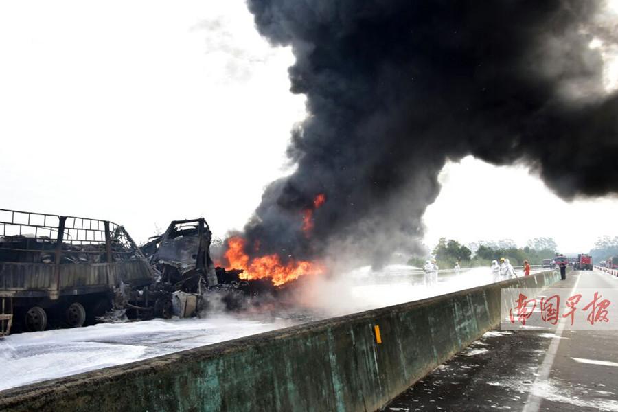 1月14日焦点图:油罐车追尾大货车爆燃 现场浓烟滚滚