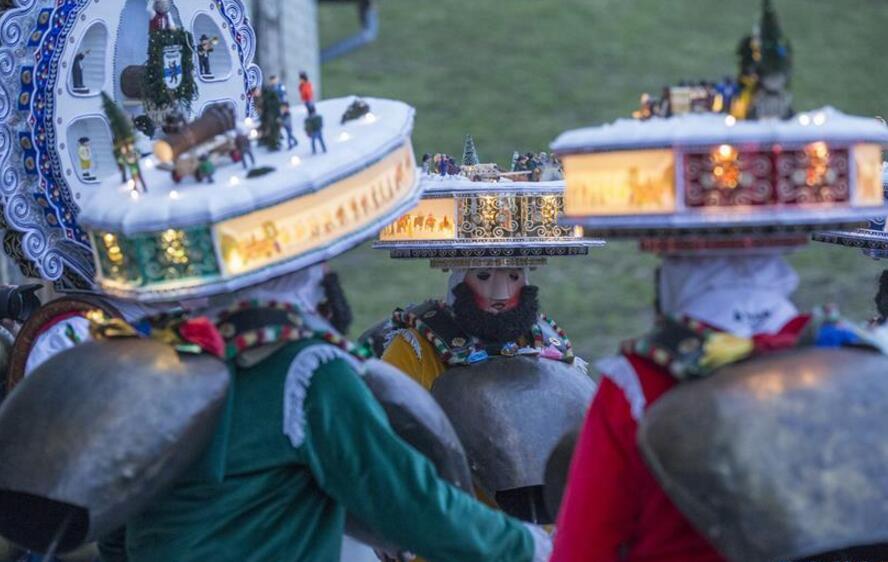 瑞士山村牛铃声里庆新年