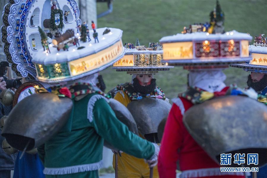 (国际・图文互动)(1)瑞士山村牛铃声里庆新年