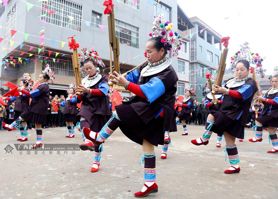 三江:乡村戏台唱大戏 近千妇女展才艺(组图)