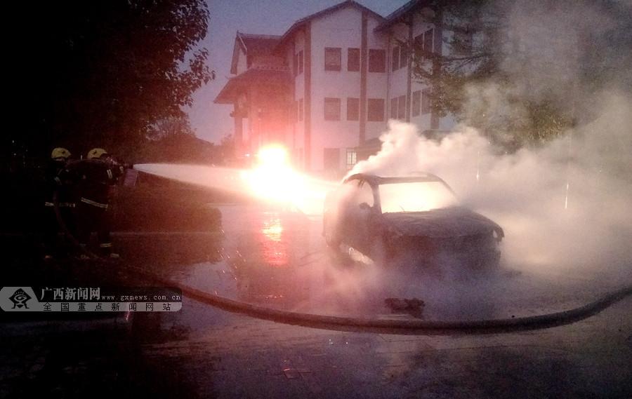 河池:车辆行驶途中被大火吞噬烧成废铁(组图)
