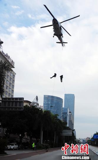 南宁警方举行空勤任务员索降突击特技表演 如动作大片