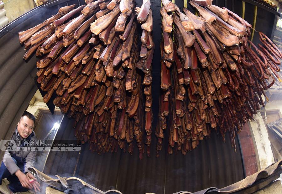 罗城:群众赶制腊味供应年货市场(组图)