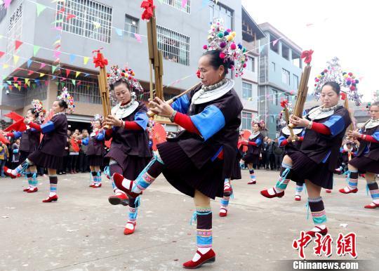 """广西侗寨戏台落成 近千名""""姑妈""""挑礼回娘家庆祝"""