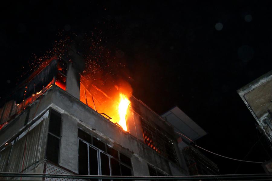 宜州一民房夜间突发火灾 火苗从房内蹿出(组图)