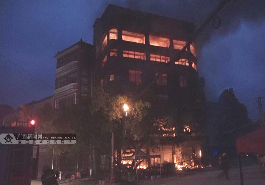 德保一栋六层高的楼房发生火灾(组图)