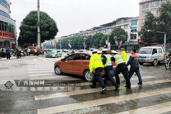 小车发动机故障无法启动 交警帮群众推故障车获赞