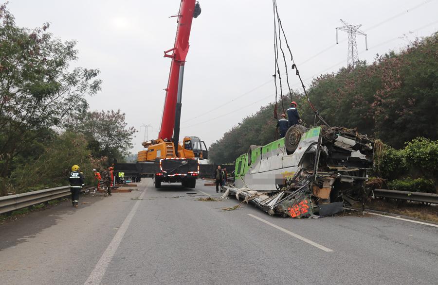 广昆高速百色段大客车追尾翻下山坡 4人死亡(图)