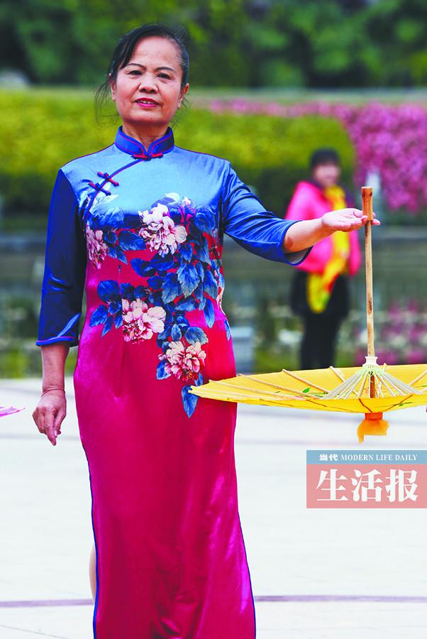 她组织了一支老年旗袍队 改变不少老阿姨心态(图)