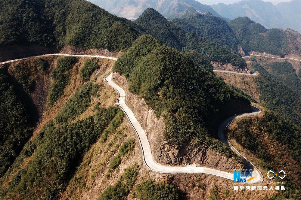 图为广西贺州市平桂区鹅塘镇瑶族山村明梅村的山村公路.