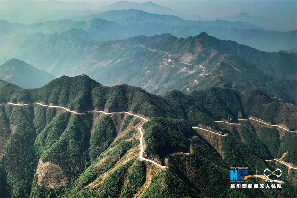 图为广西贺州市平桂区鹅塘镇明梅村被山村公路环绕的瑶寨。新华网发 廖翔摄