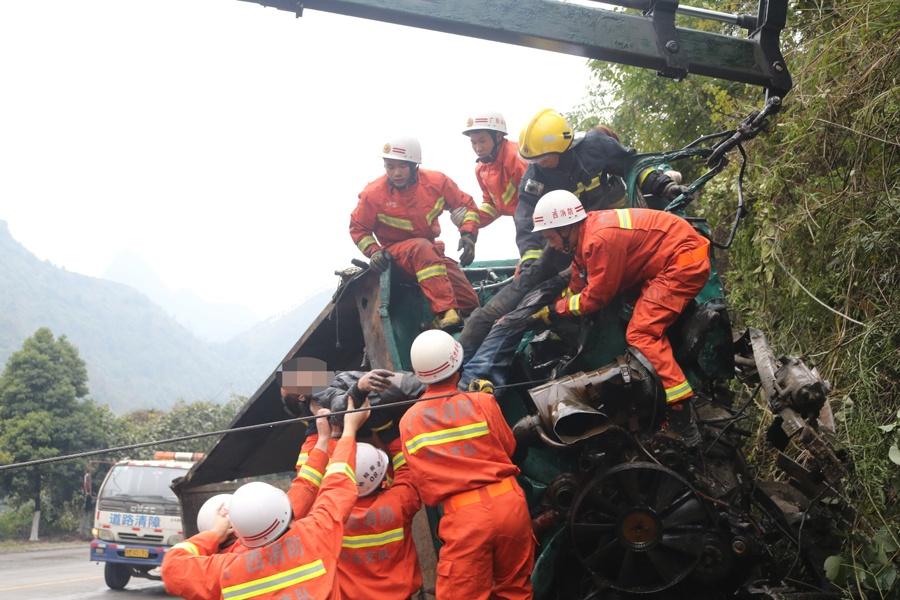 装载矿石货车侧翻 消防破拆车体救出被困司机(图)