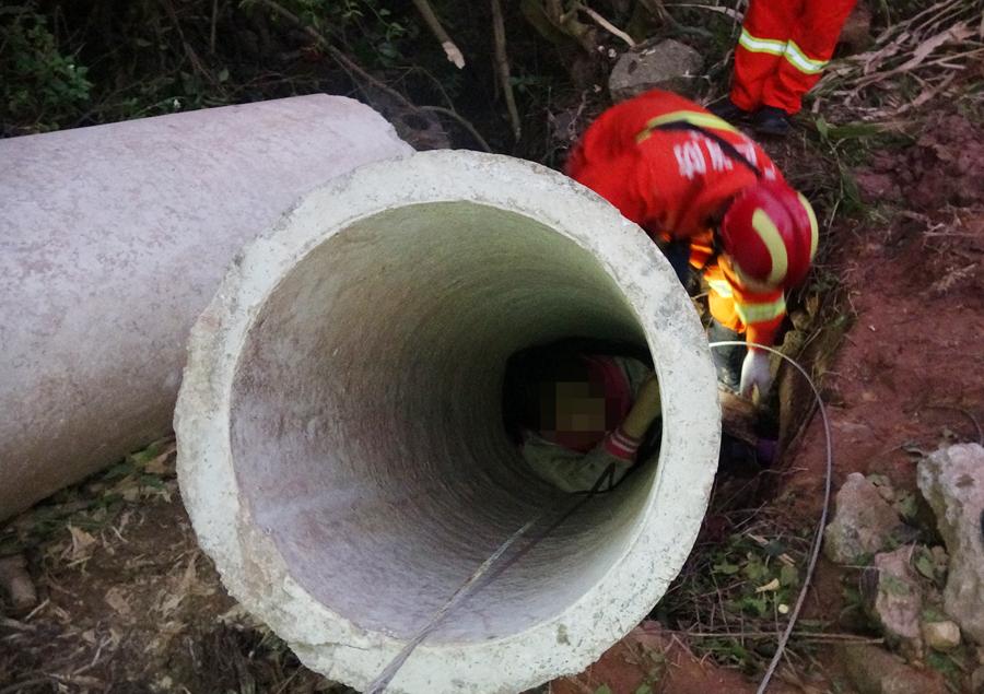 女孩被困1吨重水泥管内2小时 消防紧急营救(组图)
