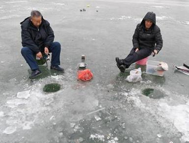 民众扎堆冰面垂钓取乐