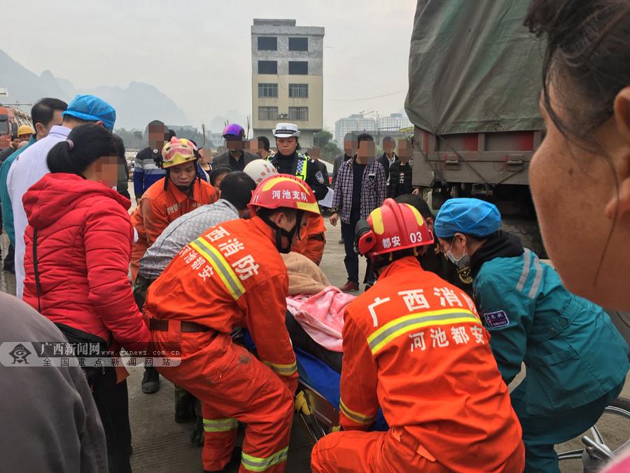 都安:大货车与摩托车相撞 女子手臂遭碾压(组图)