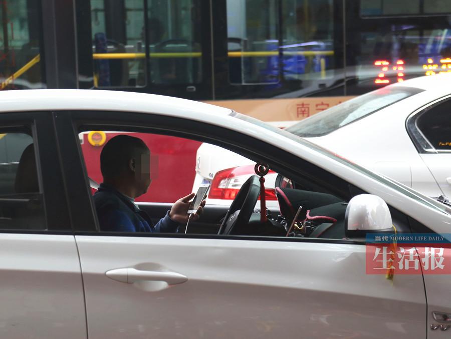 因分心驾驶 南宁2017年发生近5000起交通事故(图)