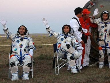 筑梦九天写忠诚――记英雄的中国航天员群体