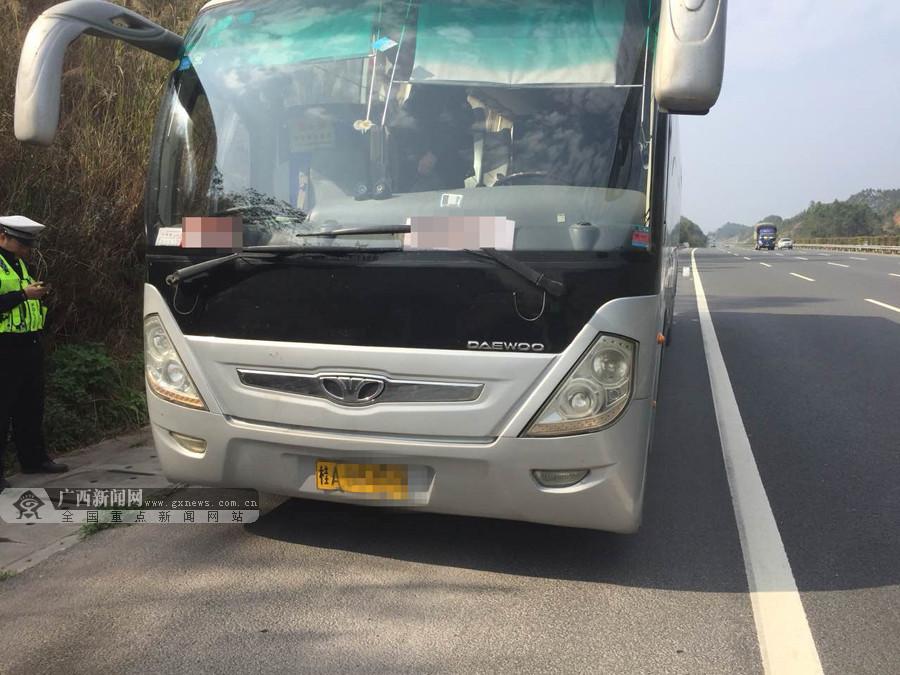 客车高速路上抛锚 交警及时援助转移滞留乘客(图)