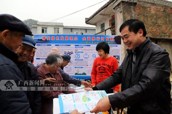 """合山开展""""河长制""""宣传 号召群众防治水污染(图)"""