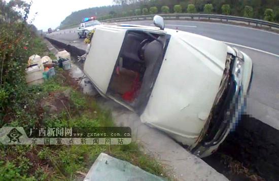 司机高速路上操控失误 皮卡车侧翻水沟(图)
