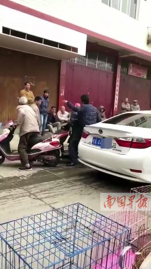 行车受阻当街掌掴老人 男子迫于压力已投案(图)