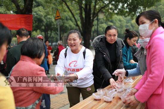 百色:志愿者向群众免费赠送腊八粥(图)