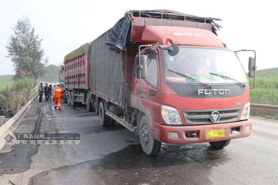 三辆货车相撞一人被困 消防火速营救(组图)