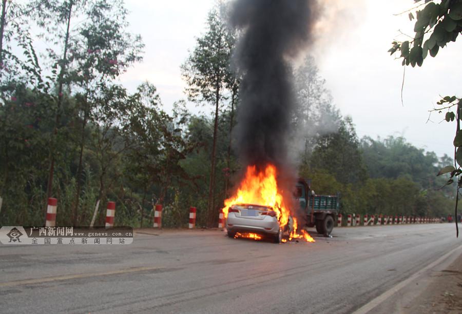 宁明:小轿车与农用车相撞起火 消防及时扑灭(图)