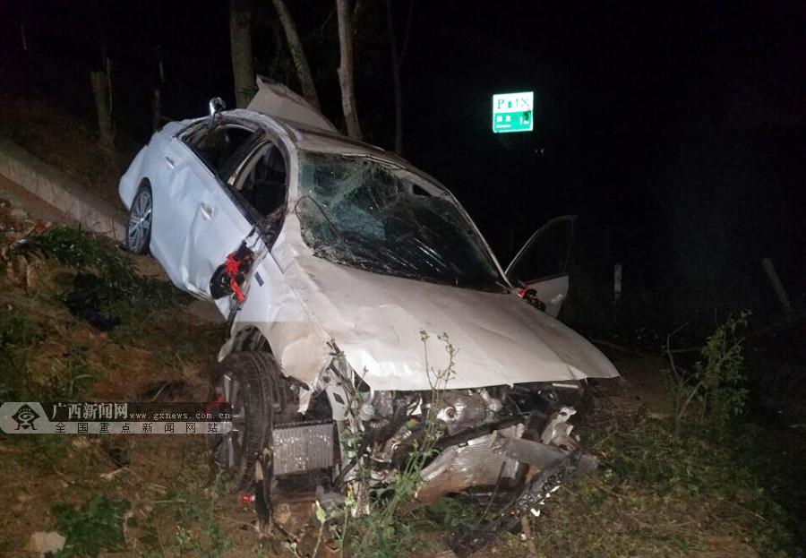 司机疲劳驾驶酿车祸 轿车冲出高速路防护栏(组图)