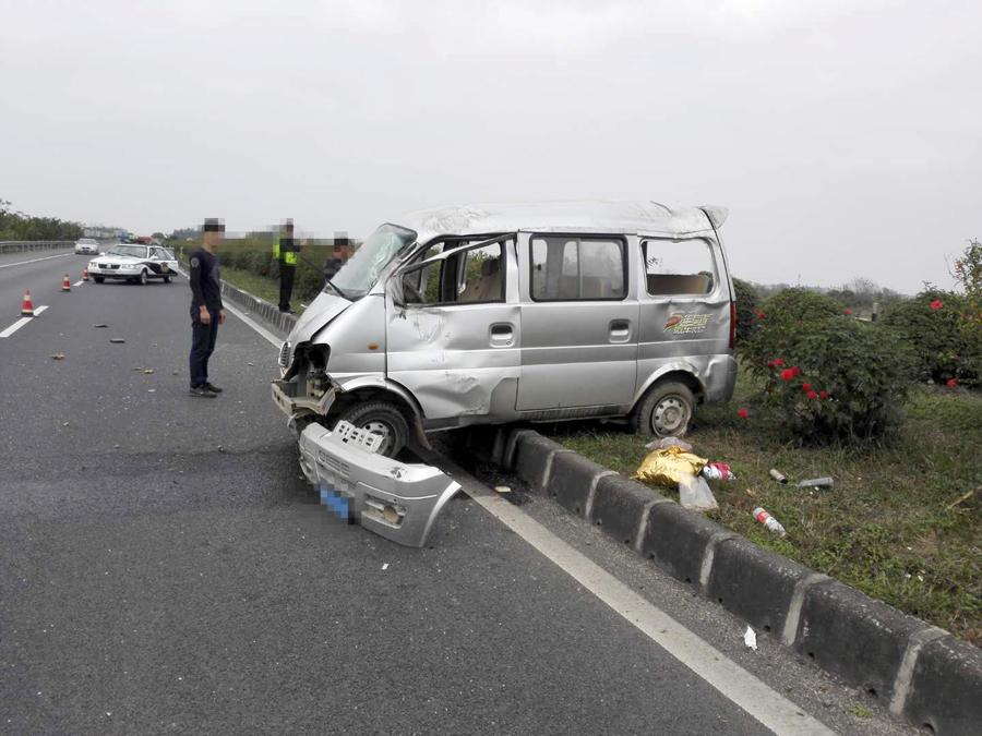 司机操控失误 面包车高速路上撞上绿化带(图)