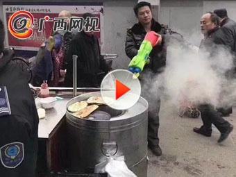 """城管水枪执法成""""网红""""摊贩们都被逗乐了"""