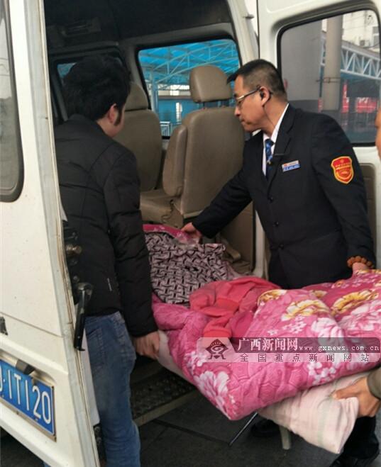 瘫痪旅客乘高铁返乡 列车员爱心接力暖人心