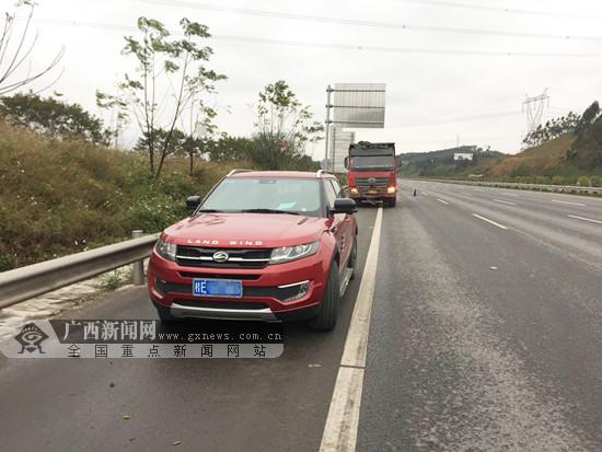 小车司机不熟路况停车看路标 遭后方货车追尾(图)