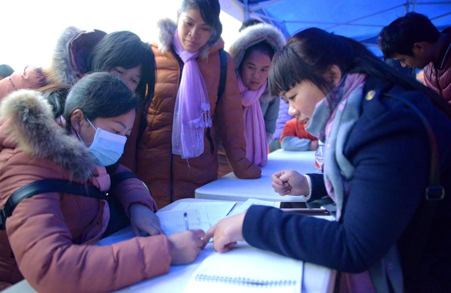 忻城举行就业扶贫招聘会 提供3400多个岗位(图)