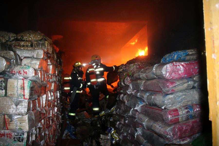 南丹:民房夜间突然起火 警民联手扑灭大火(组图)