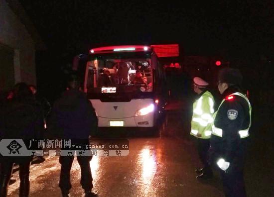 大巴车载27人被困冰冻雪道 兴安交警紧急救援(图)