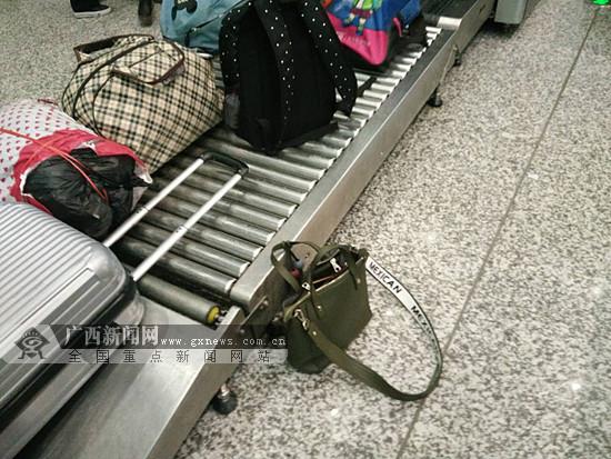 女子匆忙进站赶火车忘拿包 民警相助帮找回(图)