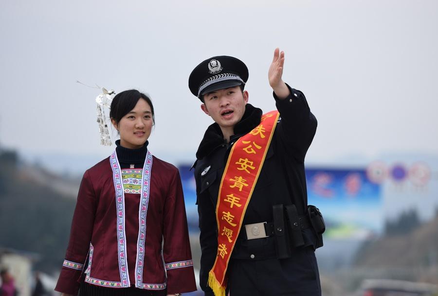 高铁侗乡情 三江铁警护航群众返乡路(组图)
