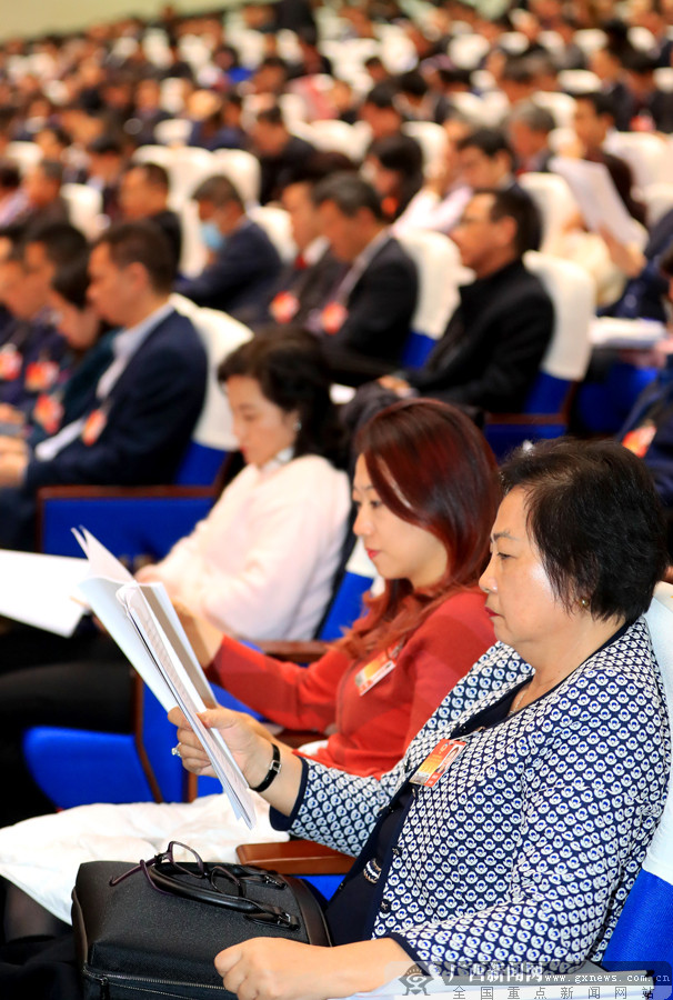 政协委员及特邀嘉宾认真阅读会议材料