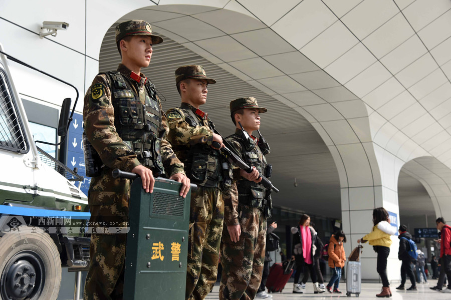 南宁:春运首日武警官兵为返乡旅客护航(图)