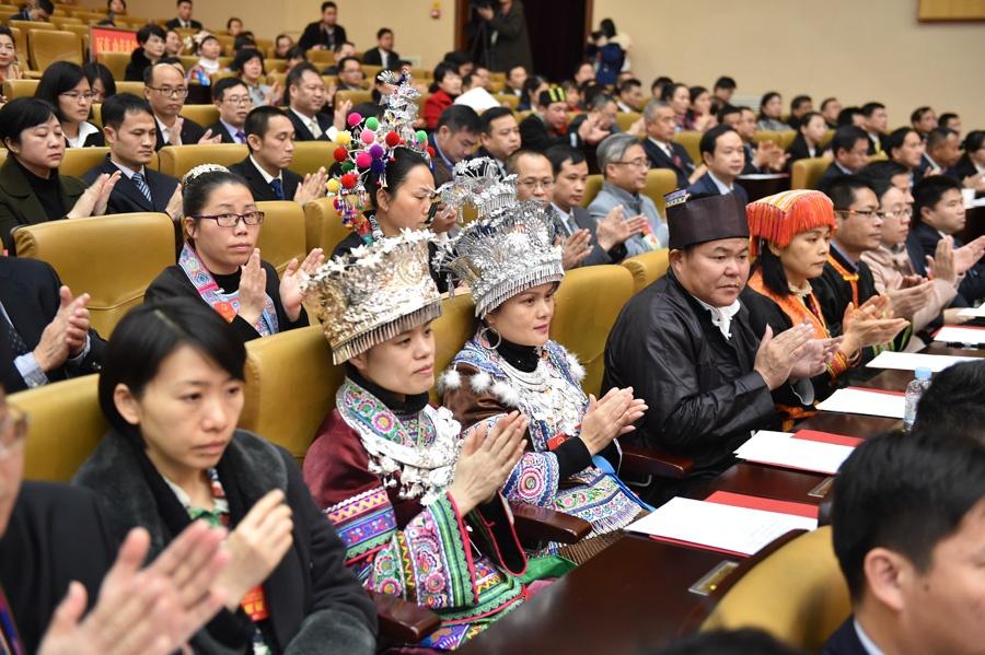 代表们对各项选举结果报以热烈掌声